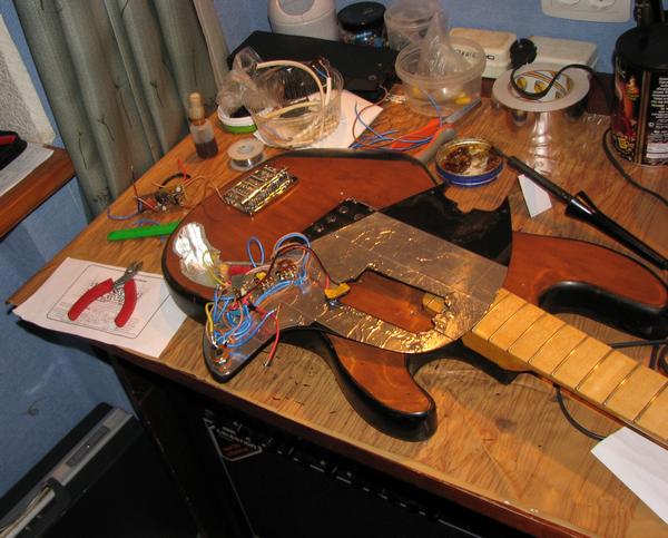 Начало сборки схемы для баса.  Припаял плату преампа к основным элементам схемы.